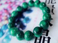 女人佩戴孔雀石的好处与作用,保养孔雀石的注意事项。