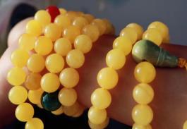 蜜蜡玩多久才能变色?蜜蜡戴哪个手腕好?