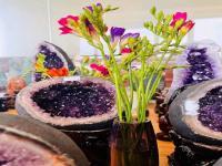 如何鉴别紫水晶洞好坏?紫晶洞的伴生矿是怎么回事?