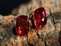 尖晶石是可以碰水的,将其适当的与水接触,